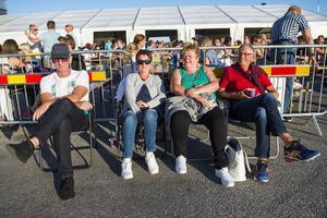 Kenneth Sundin, Inga-Lill Sundin, Agneta Häggström och Rune Häggström var på plats redan vid halv sex med sina solstolar.