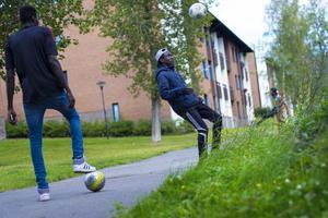 Inte ens på väg in till lägenheten kunde killarna sluta spela fotboll.