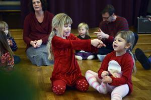 I lördags var det julgransplundring i Sundsvalls församling och det arrangerades i både Skönsmons kyrka och GA-kyrkan. Systrarna Lilly och Nova Ulfeldt dansade och lekte runt granen i Skönsmon.