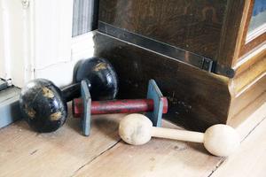 Till och med träningsredskapen är smått antika hemma hos Erika Åberg.
