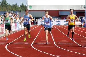 Erik Martinsson skär mållinjen i 400-metersfinalen.