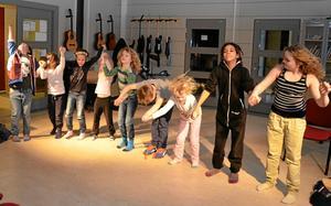 Tack till publiken. Från vänster: Anton Hellberg, Elisabet Bernövall, Matilda Käller, Gabriella Palm, Algot Eknor, Tage Eknor, Myra Eknor, Ture Eknor och Engla Larsson.