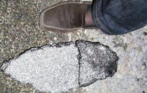 En stor asfaltsklump lossnade och förstörde fälgen på Madeleine Grundströms framdäck.