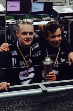 Östersundsgrabbarna Filip Bergman och Olle Flensburg tog SM-guld på Friends Arena i U20-finalen mellan Sandviken och Nässjö. Sandviken vann med 10–5 och här ser vi de två Östersundsfostrade SAIK:arna..  Foto: Privat
