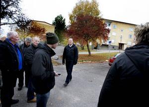 Åklagare Mikael Hammarstrand förklarar för försvaret och rätten hur dådet enligt honom har gått till.
