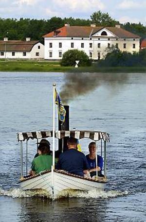 Foto: GUN WIGH\nMini. Under Ångbåtens dag körde också den pyttelilla båten Smulan, från Dalarna, passagerare ut på Hedesundafjärden.