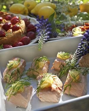 Ge midsommarmaten en behaglig syrlighet med inkokt citronlax och rabarberpaj med jordgubbar.   Foto: Dan Strandqvist