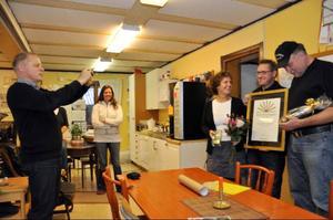 Näringslivschefen Jan Andersson, till vänster, förevigar pristagarna Anneli Kålen och Jan Karlsson medan Mikael Sundman i mitten håller diplomet.  Ida Johansson och Eva Jonsson i personalen gläds också över priset
