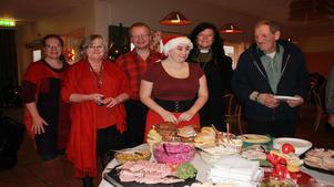 Tjärstin Hedbom (kafévärdinna), Kerstin Leandersson, Roger Eklund, Anna Malmström, Magda Hane (diakon) och Karl Jaymond Beruce firade alla jul på Café Träffpunkten i Rodenkyrkan.