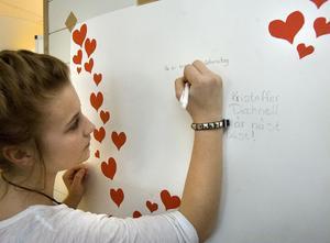 I ett klassrum fanns möjligheter att göra egna Valentinkort. Jennifer Jönsson och Maria Ehnebom, båda 9 F i skapartagen.