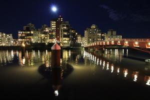 Fullmåne i kombination med andra ljuskällor och vatten är alltid inspirerande att fota