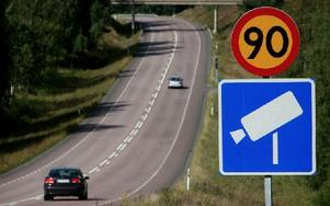 Någon har vänt på hastighetsskyltarna i Djurmo. Bilden ovan är från en annan plats. Foto: Peter Ohlsson/Arkiv/DT
