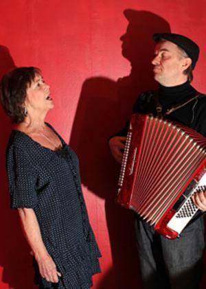 Axelle Axell och Lasse Zackrisson ger en föreställning om konsten att säga ifrån.Foto: Fria Teatern.