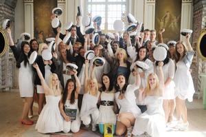 Lyckliga nybakade studenter vid Nytorp.