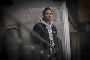 Micke Campese, klubbchef i VSK Bandy, följde matchen i enskildhet nere i hörnet på läktaren i Göransson Arena.