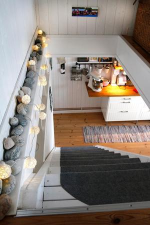 Trappan ned blir upplyst av små lampor som vilar på skärgårdsstenar.