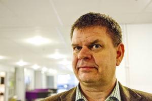 Sven-Erik Lindestam Socialdemokraternas kommunalråd i Söderhamn:   –Jag tror inte att det blir den utvecklingen. Förra året ökade Söderhamns kommun med 240 personer. Skulle det vara snittet fram till 2050 så skulle antalet Söderhamnare då vara 34 000. Med detta vill jag säga att det går att påverka. När vi har Nya ostkustbanan på plats med dubbelspår och rejält kortade restider så är det fullt möjligt att både arbets- och studiependling möjliggör en befolkningstillväxt i hela regionen och Söderhamn.