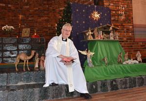 Efter att barnen plockat fram alla figurer till krubban och placerat dem på rätt ställe, slog sig komminister Anders Berglund ned vid sidan av den och berättade med hjälp av bibeln, historien om Jesus och hans födelse och de tre vise männens besök.
