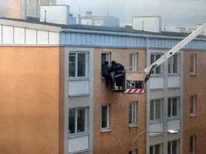 Trapphuset rökfylldes snabbt och röken sipprade in i lägenheterna. 16 hyresgäster evakuerades varav åtminstone en med hjälp av räddningstjänstens kranbil.