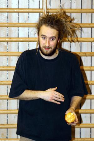 Jon Loxbo undervisar i performance art.