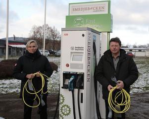 Cia Ferner Kny och Ingemar Hellström (S), Seabs vd resp styrelseordförande vid första snabbladdaren för elbilar i Smedjebacken.
