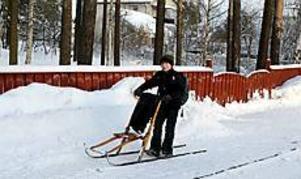 Olle Wahlgren, 10 år, använder ofta sin spark. Det gör hans skolkompisar också.  Foto: Lasse Halvarsson