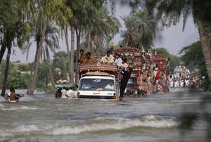 stort hjälpbehov. Pakistan behöver omvärldens hjälp, men omvärlden verkar ovillig att hjälpa.