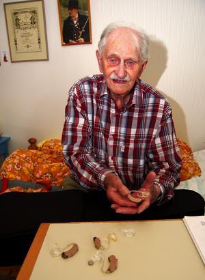 Fem hörapparater har 100-årige Frans Jakobsson i Särna fått, men; – Det är bara skrot, ingen fungerar för mig, säger han besviket. Foto:Björn Rehnström