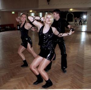 Dansklubben Altira Sundsvall tog bronsmedalj i dans. Fr v Camilla Magnusson, Kristina Persson (närmast) och Jimmy Englund i dubbelbugg, 990519
