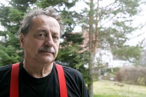 De röda hängslena förknippas med Jens Nilsson och är en del av hans personvalskampanj.