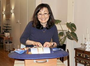 Handarbete är livskvalitet. Sonoko Törngren Sato älskar att handarbeta. På sommaren tar hon ibland ut knyppeldynan och sitter och knypplar framför huset. Då kommer hon lätt i samspråk med folk som går förbi. Foto: Monika Ottoson