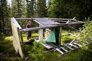 Omkring 20 älgvaktstorn har sågats sönder och välts omkull. Ett dåd av djurrättsaktivister tror Sören Eriksson i Ågården.