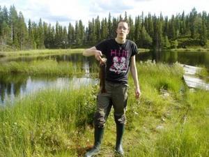 Alexander visar stolt upp en av de öringar han dragit upp under fiskeresan.Foto: Privat