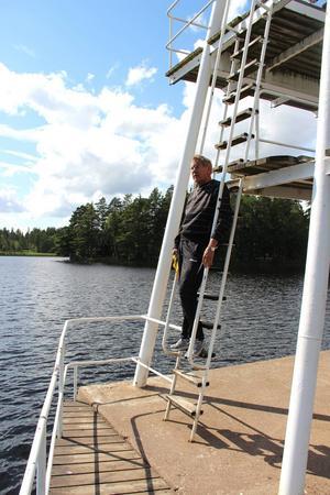 Leif Bergström har varit ordförande för Harnäs-Skutskärs simsällskap i 35 år. Han vill ge tillbaka till simningen som har gett honom så mycket under uppväxten.      Harnäsbadet fyller i sommar 60 år, men föreningen har inte möjlighet att fira. Först behöver de få ordning på parkeringsplatser och kommunalt avlopp.