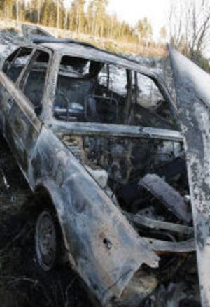Bilen brann våldsamt sedan föraren, en Harmångerskvinna, kört av E4 mellan Gnarp och Njurunda.