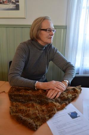 Egenspunnet. Anita Jansson från Finnåker stickar en sjal av egenspunnet garn.