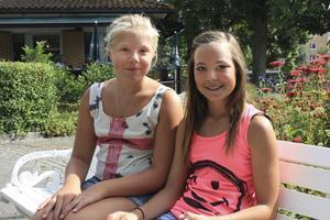 Linnéa Adehill och Emma Holgersson Bruhn spelar både fotboll och innebandy.