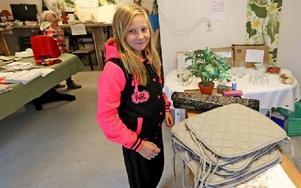 Alice Edvardsson från Kvarnsveden köpte en trave stolsdynor. Foto: Johnny Fredborg
