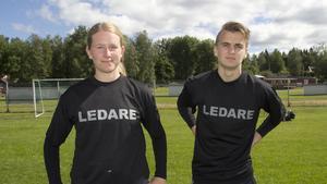 Lovisa Hedin och Benjamin Larsson är två av fem ungdomar som är tränare i fotbollsskolan.
