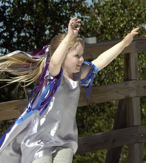 Den unga tjejen på bild ingick i den lokala och duktiga barndansgruppen Capella.