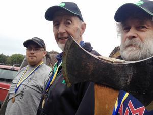 Tveeggarna hade ett lyckat yxkastar-SM. Tre av Strömsundskastarna från vänster: Emil Matsson, guldmedaljören Kjell Wiik och Kaj