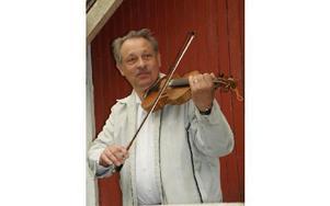 Lars Winnersjö spelade fiol som musikalisk fanfar sedan nya kanotleden invigts i Leknäs.FOTO: KERSTIN ERIKSSON