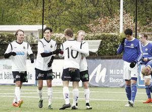 Thure Ridderström gjorde 1-0 för GIF mot Sundsvall i den allra sista matchen på Strömvallen för U17-laget. Klart han blev gratulerad då.