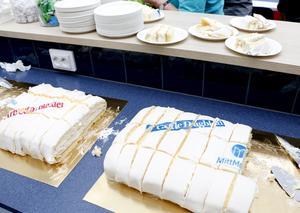 Populärt med tårta. 500 bitar gick det åt.
