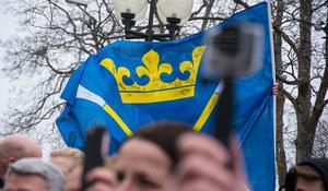 En signerad dalaflagga vajade även i aprilvinden.