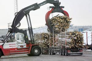 De stora truckarna i Iggesund lastar av virket från Härjedalen