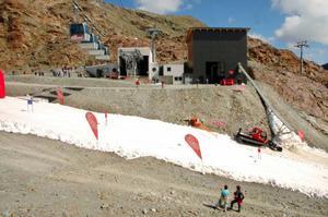 Skidorten Pitztal har haft problem att samman-binda de två glaciärer som utgör sommar-skidområdet. Transportrännan längst till höger i bild är där snön från maskinen hamnar. Foto: IDE
