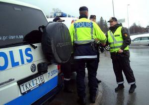Norsk polis anlitas eftersom de ofta känner ungdomarna och lättare kan prata med dem. Här hälsas de välkomna av de svenska kollegorna.