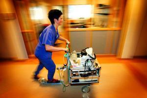 """Kristina Hällestrand på sparkcykeln som används vid hjärtlarm. Om personalen på andra avdelningar på sjukhuset slår """"hjärta1"""" på telefonen går larmet och en sjuksköterska på Hjärtenheten, en hjärtläkare och en narkosläkare rycker ut."""