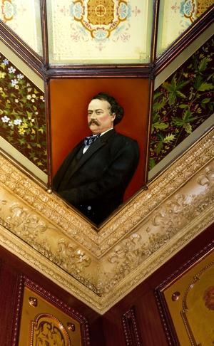 I spegelsalens tak finns porträtt av den tidens uppburna tonsättare, här August Söderman. Byggherren Adolf Fredrik Knaust var musikintresserad.
